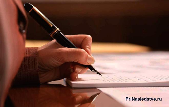 Мужчина делает записи на листке бумаги