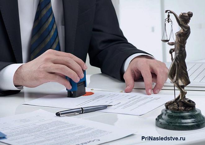 Бизнесмен ставит печать на документе