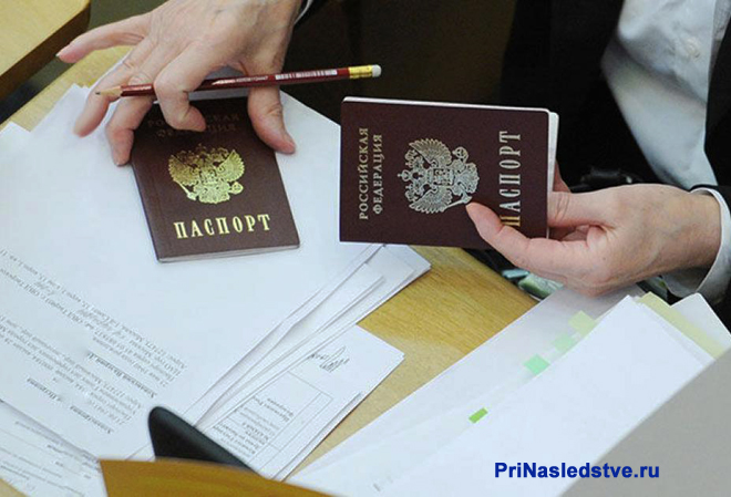 Девушка переписывает паспортные данные