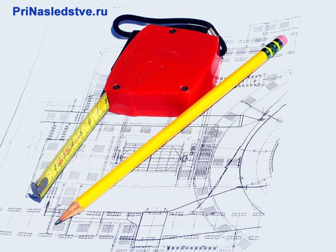 Рулетка, карандаши, план дома