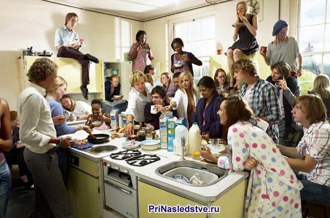 Много людей собрались на кухне вместе