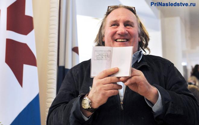 Депардье держит в руках паспорт РФ