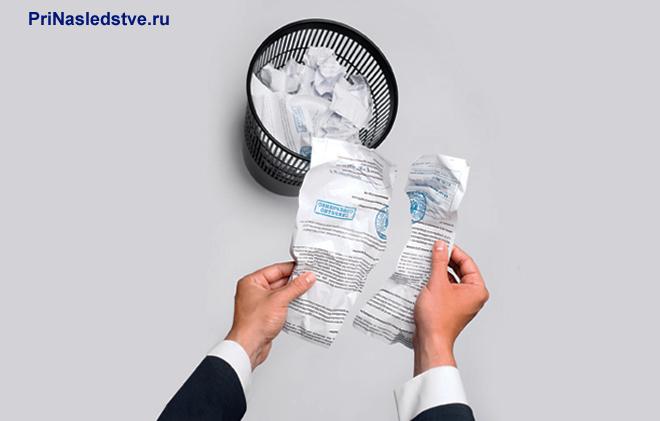 Бизнесмен рвет документ с печатью и кидает в урну