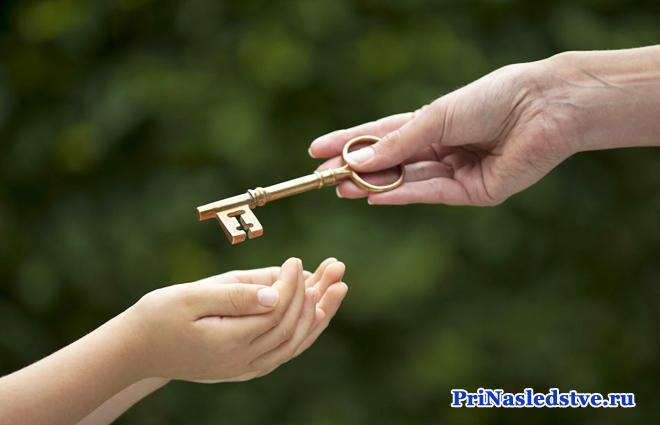 Человеческие руки, ключ