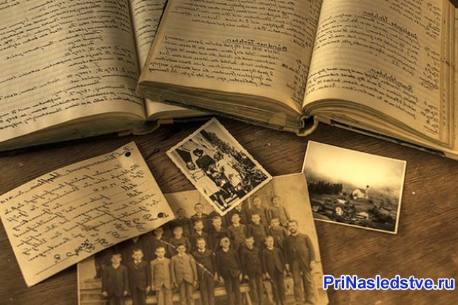 Тетрадь с записями, старые семейные фотографии