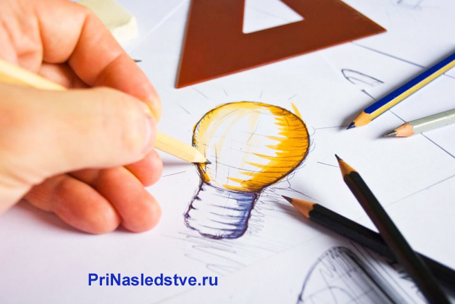 Мужчина рисует лампочку