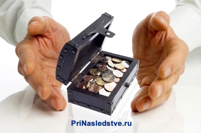 Мужчина и шкатулка с монетами