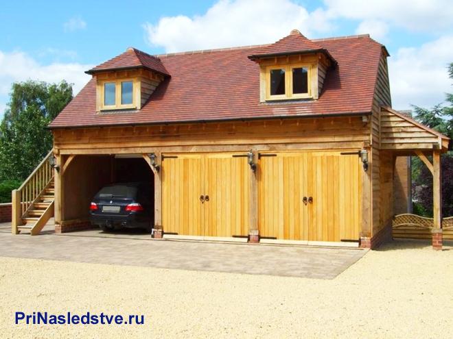 Машина в деревянном гараже