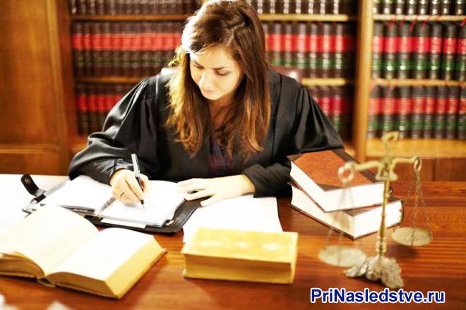 Девушка-юрист за своим рабочим местом