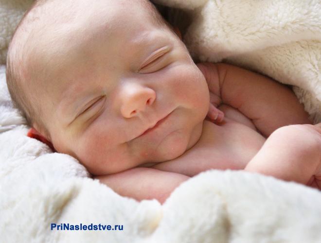Новорожденный сладко спит