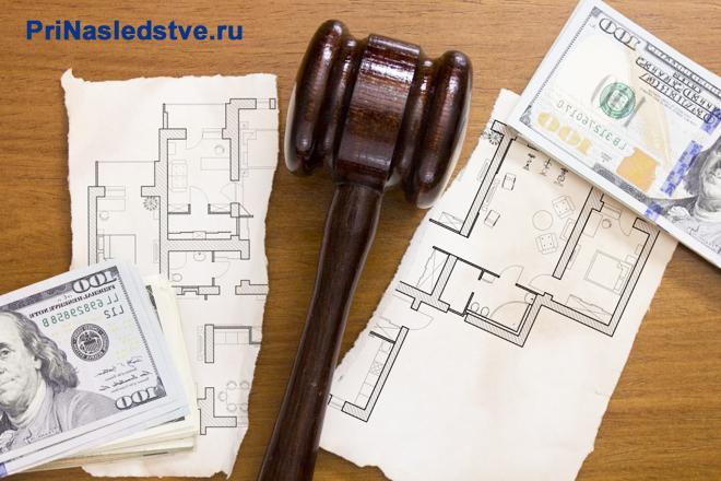Разорванный план квартиры, судебный молоток, деньги