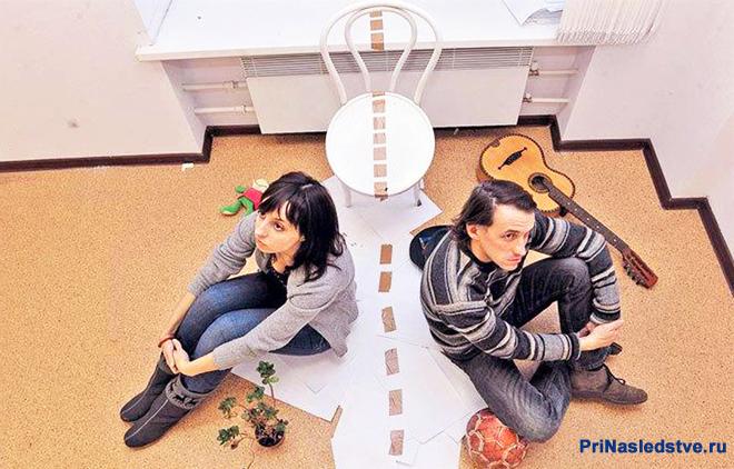 Мужчина и женщина сидят в комнате
