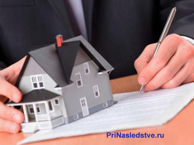 Бизнесмен подписывает документы на дом