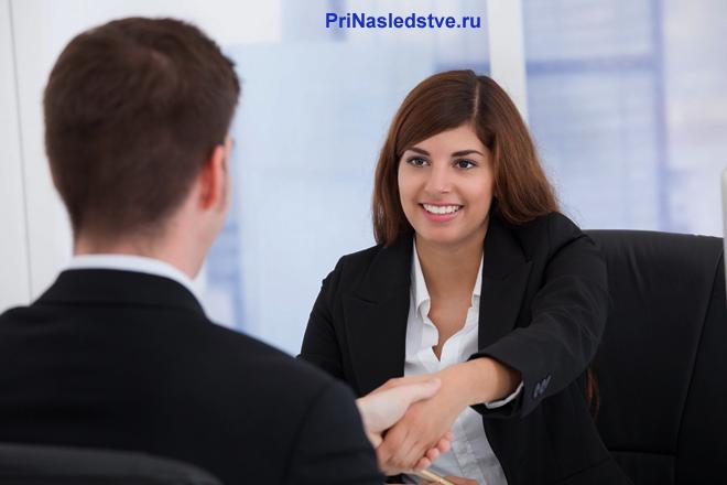 Девушка жмет руку бизнес-партнеру