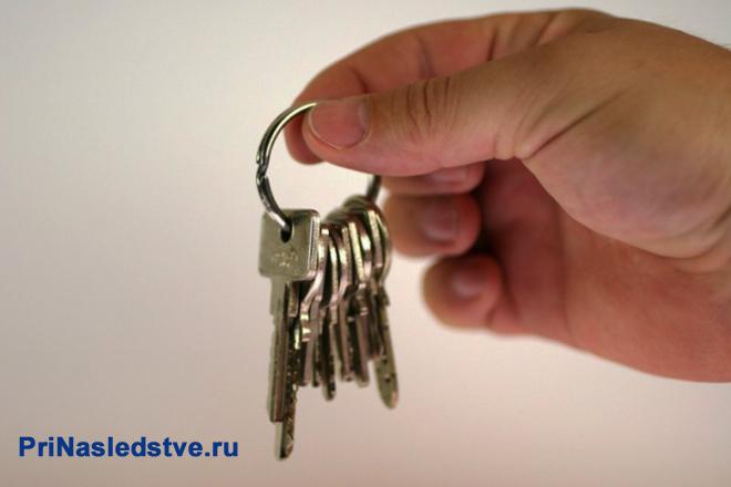Человек держит в руках связку ключей