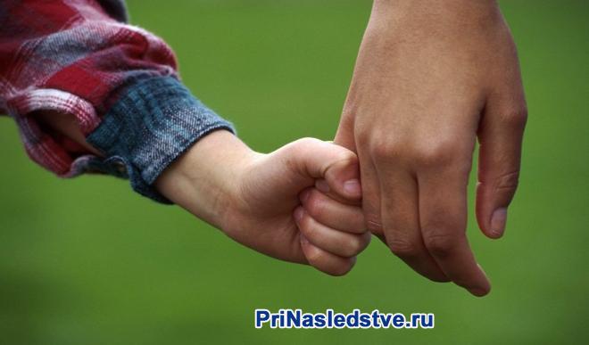Папа с сыном идут вместе за руку