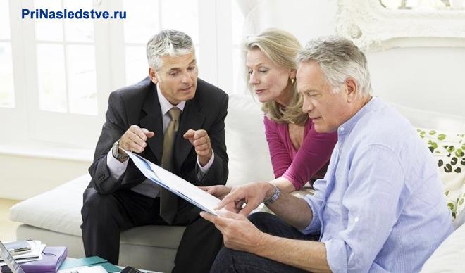 Двое мужчин и одна женщина в квартире разбираются в документах