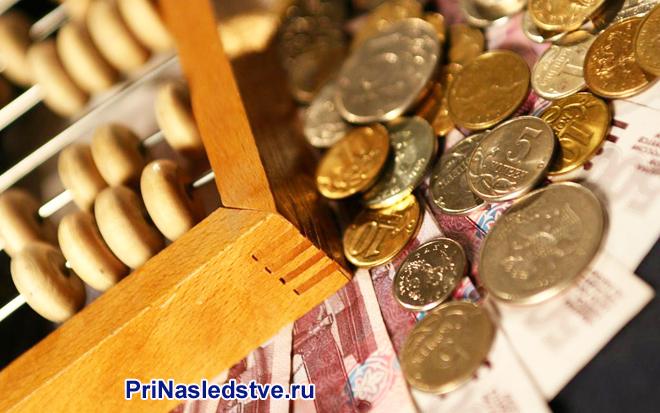 Счеты, монеты, денежные купюры