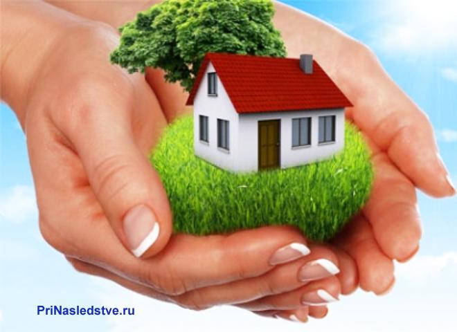 Девушка держит в руках дачный домик