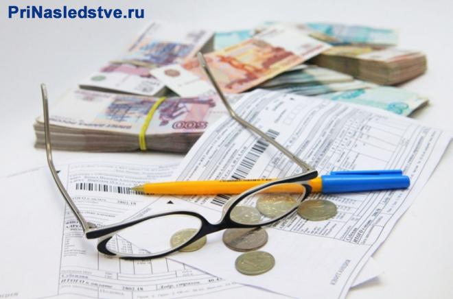 Очки, квитанции, денежные купюры, ручка
