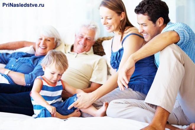 Разные поколения семьи собрались вместе