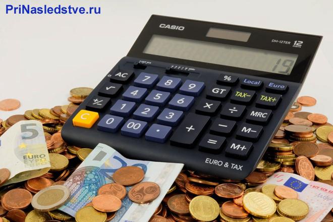 Калькулятор, монеты, денежные купюры
