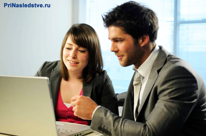 Девушка и парень работают вместе за ноутбуком