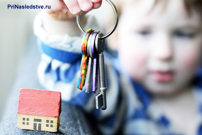 Ребенок держит в руке связку ключей