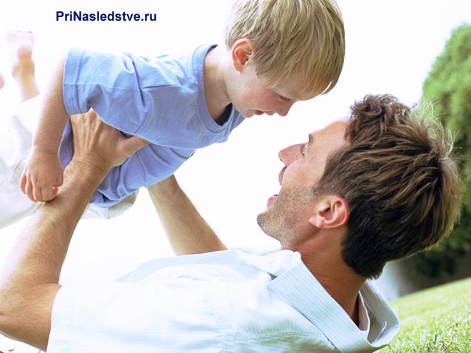 Папа играет с сыном