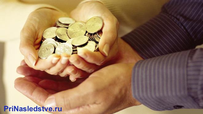 Девушка передает монеты мужчине