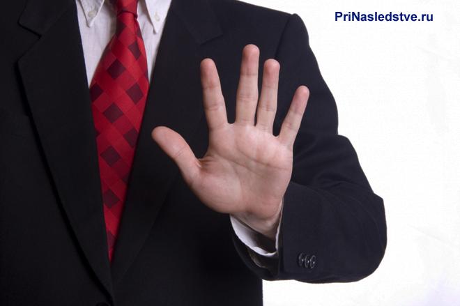 Бизнесмен в черном пиджаке и красном галстуке