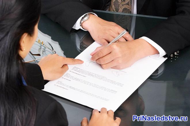 Подпись документов бизнесменом