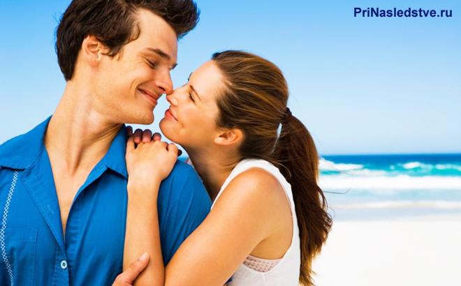 Парень и девушка на берегу моря