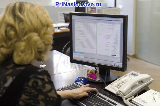 Женщина за монитором компьютера