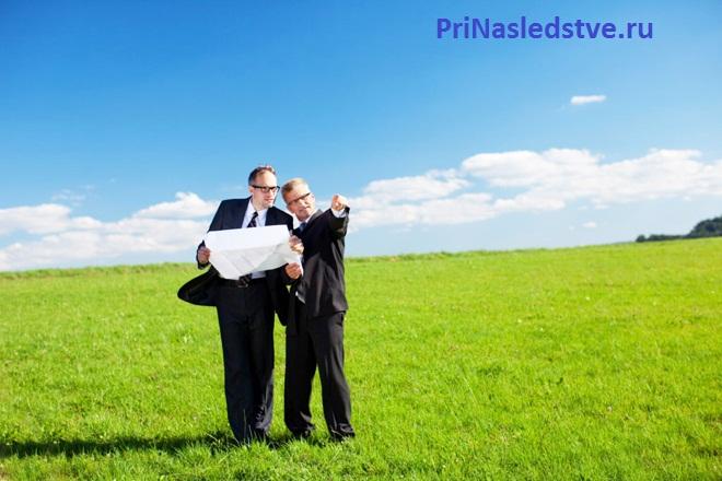 Бизнесмены ведут беседу на поле