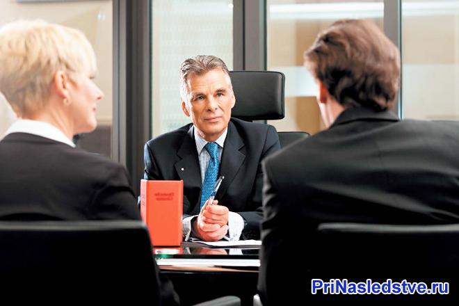 Офисное совещание трех человек