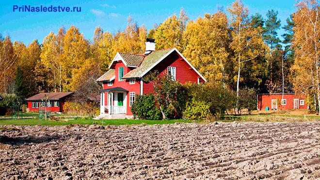 Красный дом с земельным участком