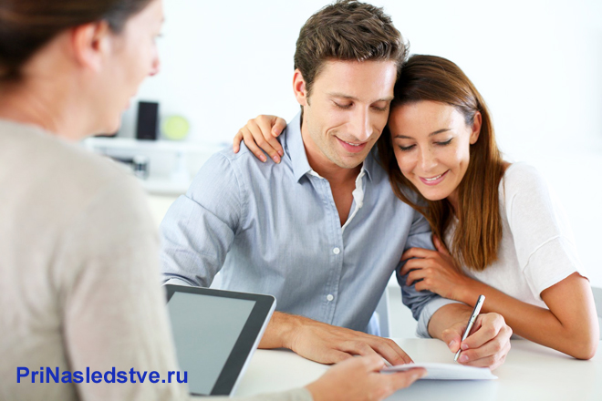 Семейная пара подписывает документы в офисе