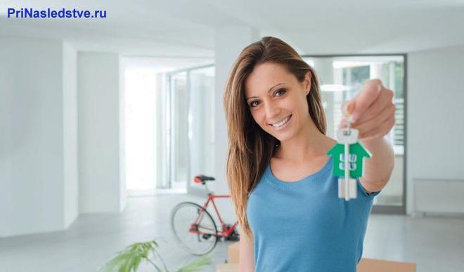 Девушка держит в руке ключи
