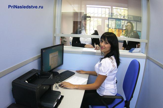Сотрудница МФЦ за своим рабочим местом