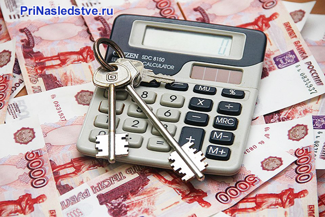 Калькулятор, ключи, пятитысячные купюры