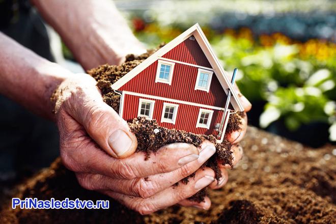 Человек устанавливает дом на земле