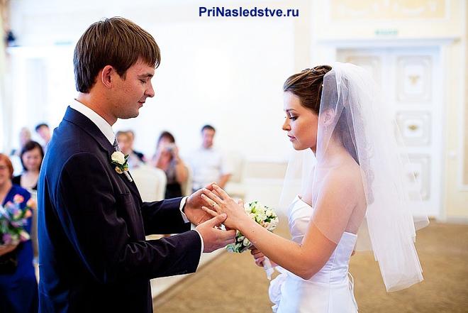 Жених и невеста обмениваются кольцами