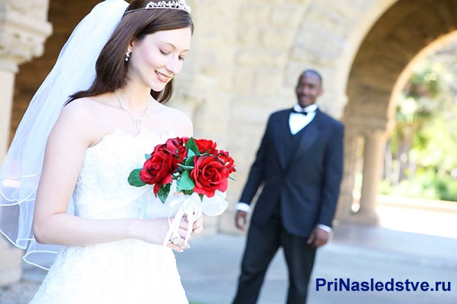 Невеста с букетом красных роз, жених-иностранец
