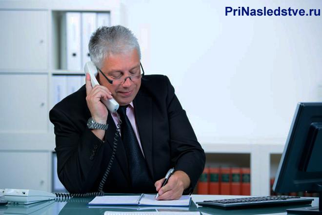 Бизнесмен совершает рабочие звонки