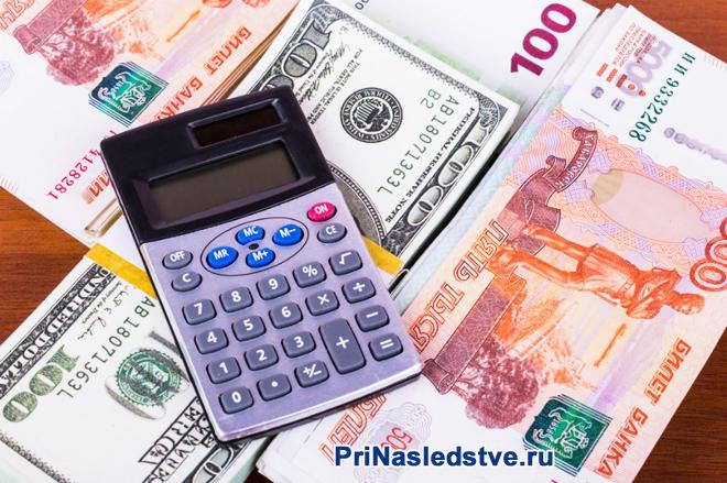 Калькулятор и денежные купюры