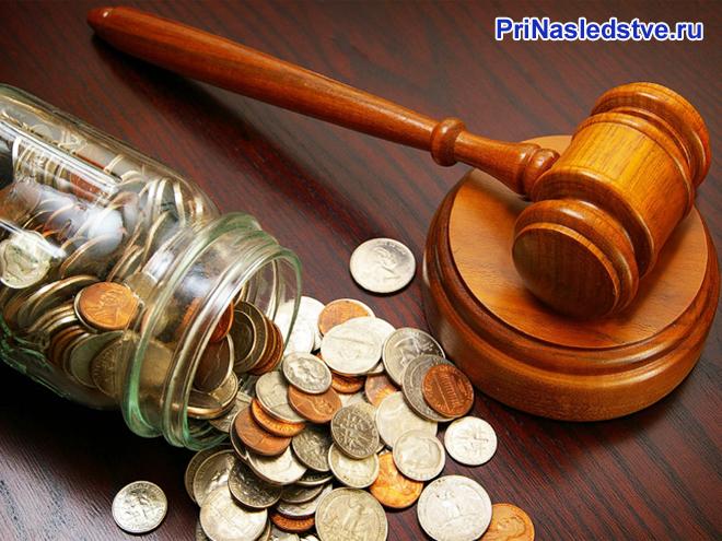 Деревянный молоточек, стеклянная банка с монетами