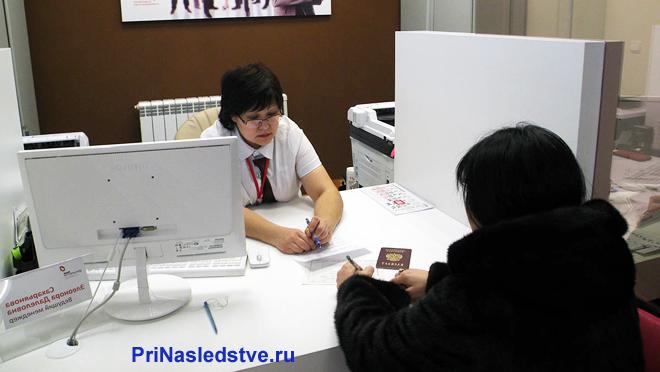 Женщина ведет прием граждан