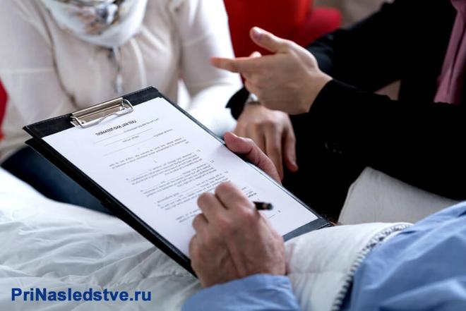 Мужчина пишет завещание на больничной койке