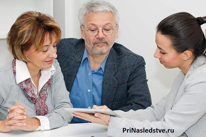 Женщина консультирует клиентов